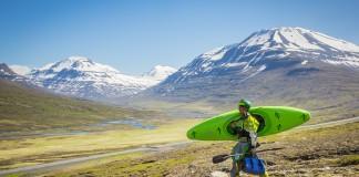 Todd Wells wandelt door prachtig landschap in IJsland (c) Eric Parker, Red Bull Content Pool