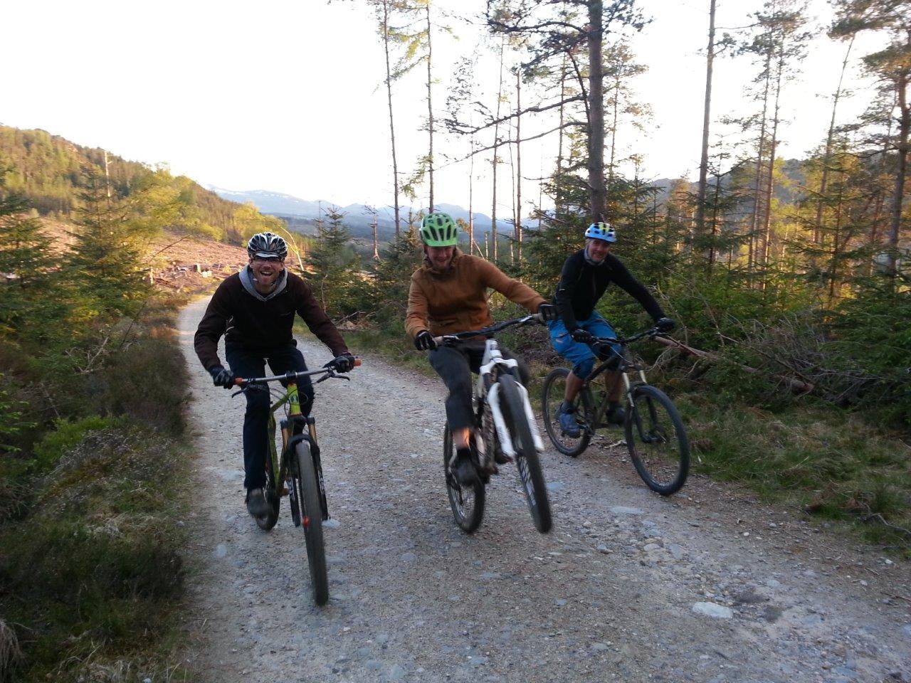 Een wheelie voor de fun tijdens de uphill in Laggan Wolftrax